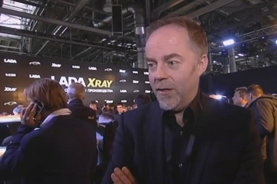 Стиву Маттину вручают награду за LADA Vesta