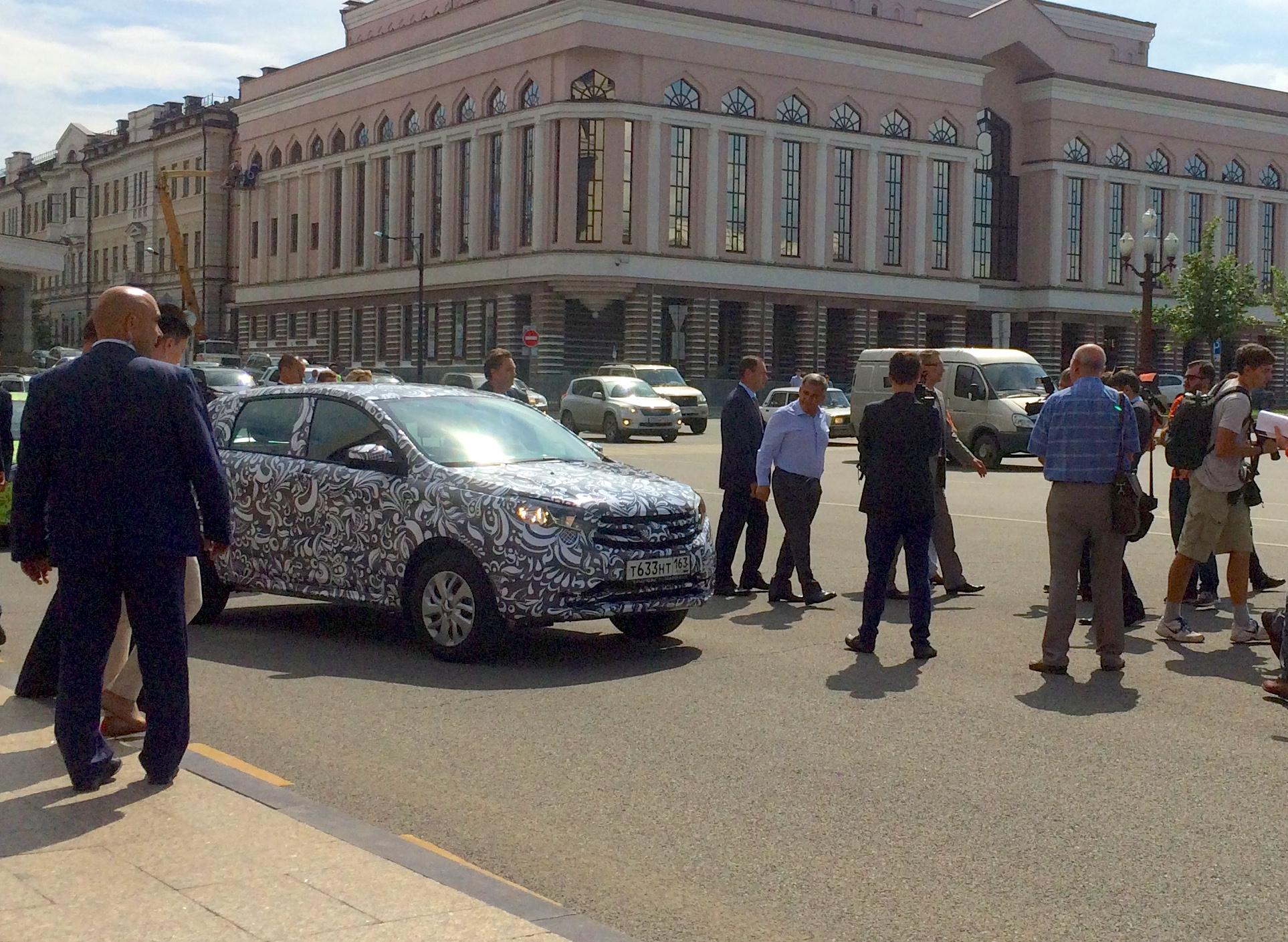 Рустам Минниханов и Бу Андерссон прокатились на новых LADA Vesta и XRAY